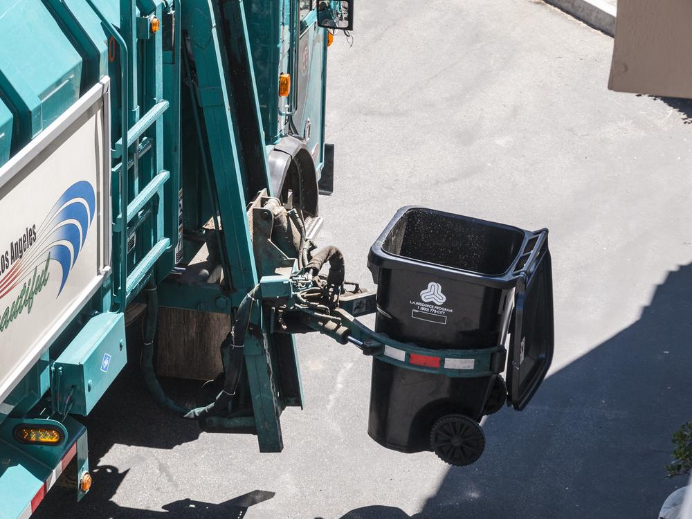 LA garbage / trekandshoot, Shutterstock
