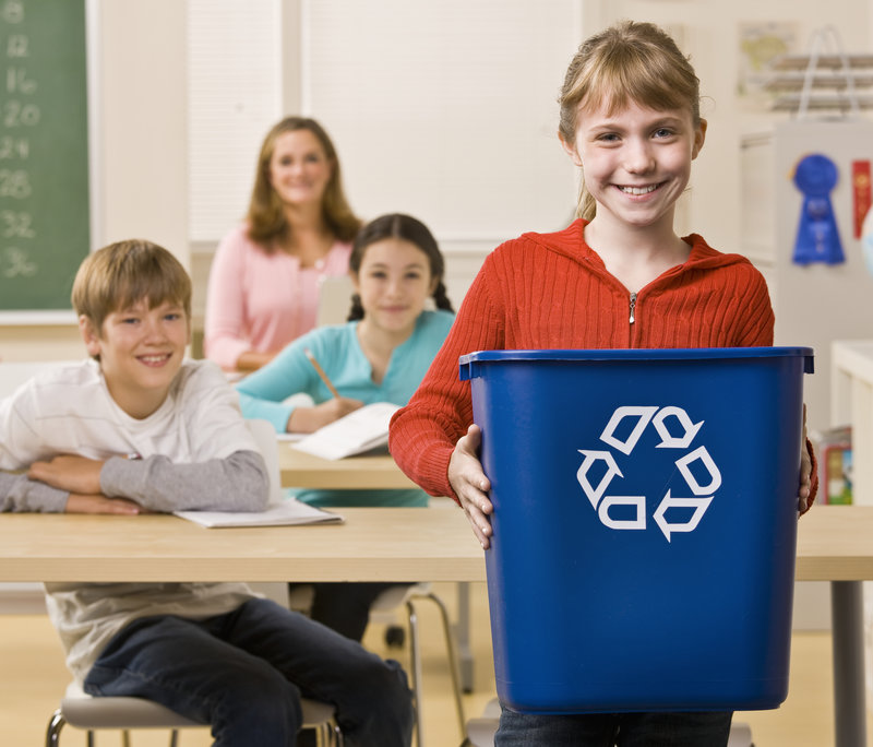 kids recycle / AVAVA, Shutterstock