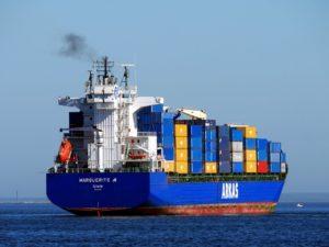 Shipping / alan_smillie, Shutterstock