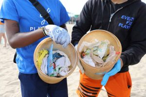 SANTA MONICA, CALIFORNIA - SEPTEMBER 18: Volunteers clean the beach during the 2021 International Coastal Cleanup on September 18, 2021 in Santa Monica, California. (Photo by Rachel Murray/Getty Images for Ocean Conservancy)